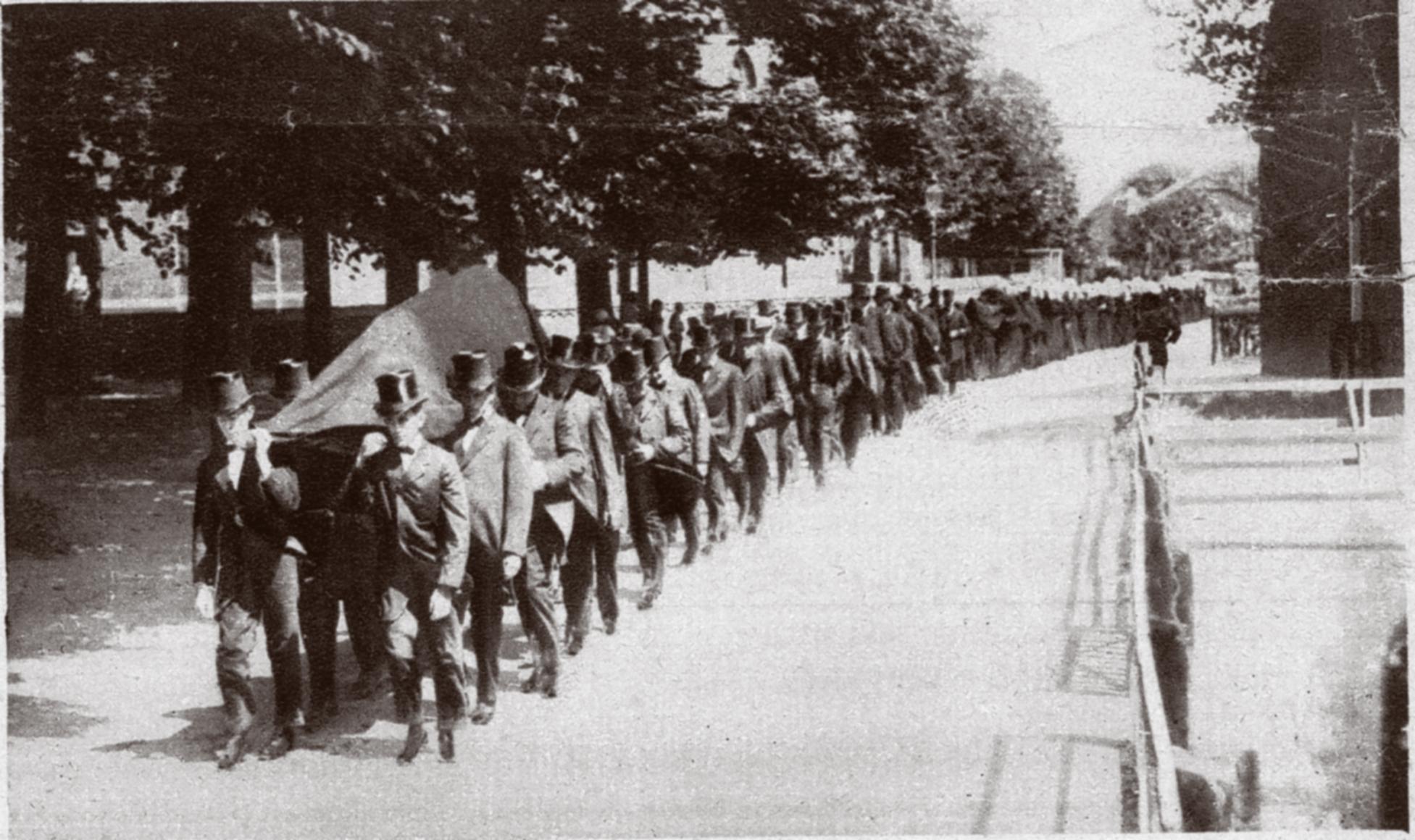 Rouwstoet lopend in Huizen 19e eeuw Rebel Uitvaart