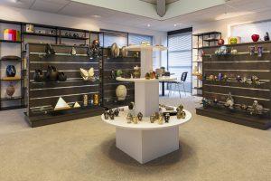 Uitvaartwinkel almere interieur met mini urn en glazen urnen