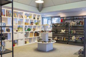 Uitvaartwinkel almere interieur met boeken en keramiek urnen