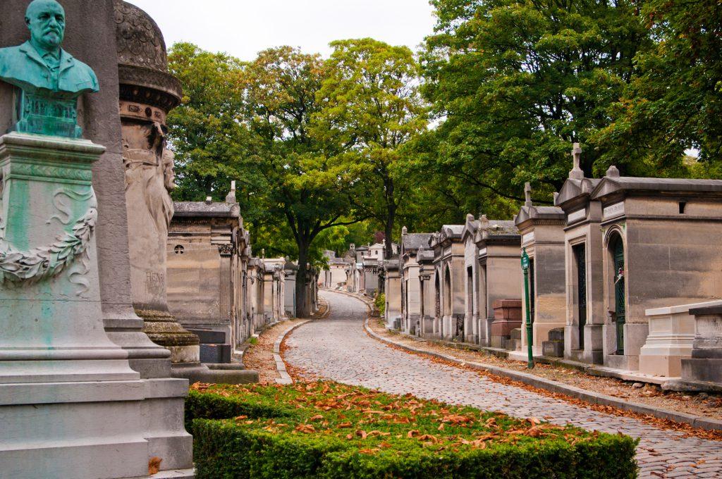 Een laan op begraafplaats Pere-Lachaise in Parijs. Rebel Begrafenis Huizen Almere